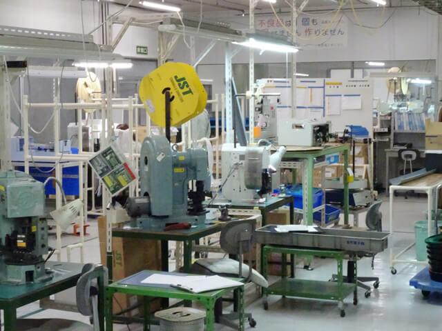 工場内 半自動圧着機 全景